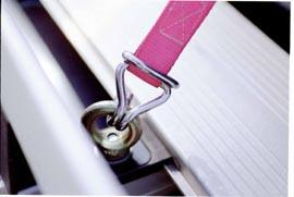ラックにフックが付いているので、荷物の固定が簡単。